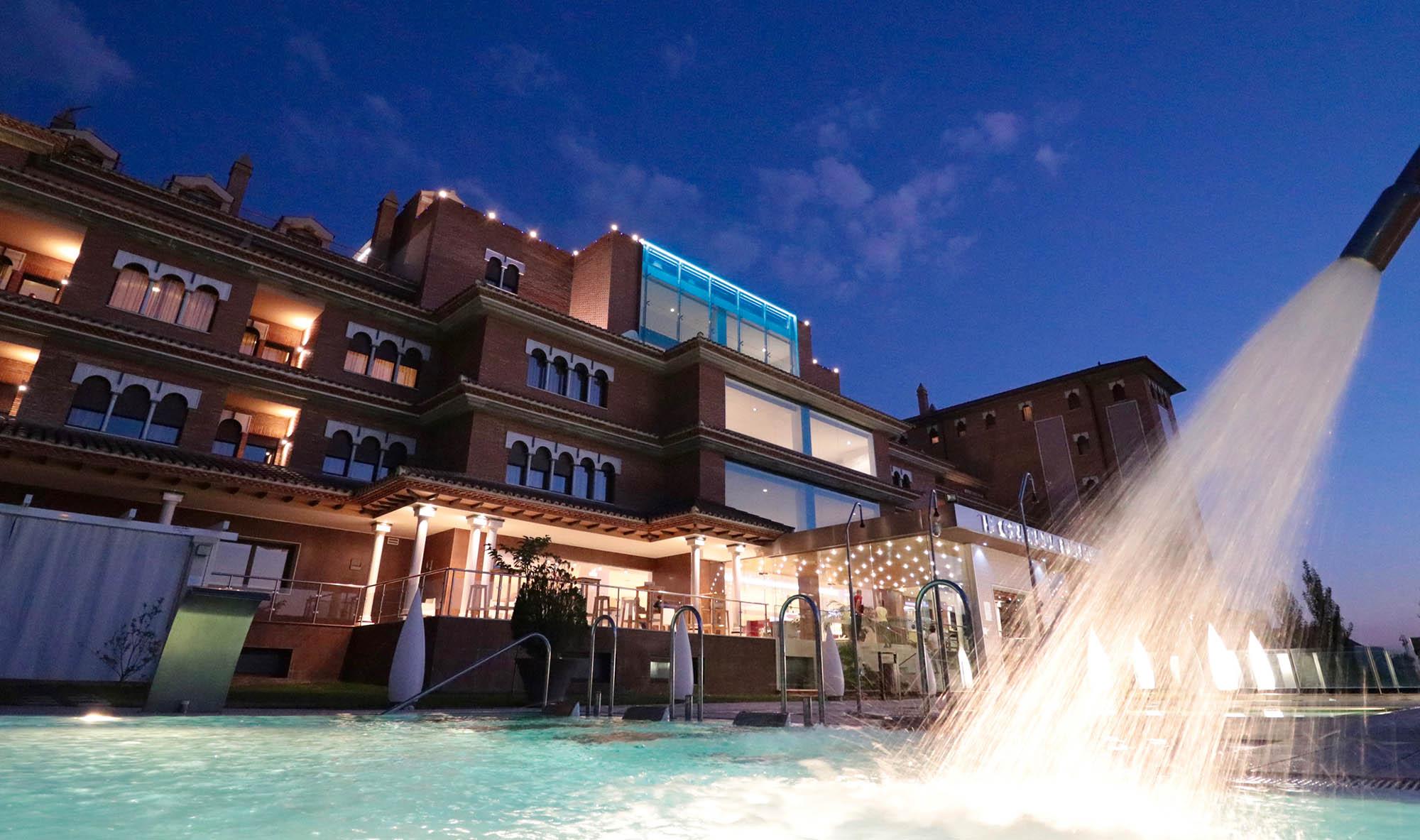 fachada del hotel desde la piscina